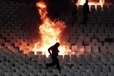 Violenza nel calcio: http://www.dazebaonews.it/sport/item/33447-calcio-troppe-violenze-bisogna-sospendere-i-campionati.html