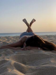 New photography poses beach girls sands Ideas Tumblr Beach Photos, Girl Beach Pictures, Sea Pictures, Beach Tumblr, Photo Lovers, Candid Photography, Digital Photography, Photography Gels, Photography Hashtags