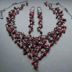 Ovíněná srdce TŘEPENÍ NA NÝTECH STŘÍBRNÉ BARVYNAJDETE ZDE. Bohatý a velmi zdobný drátovaný náhrdelník a náušnice z černého 0,8 mm drátu a fialových mačkaných srdíček a kytiček a fialových a vínových rokailových korálků. Velmi zdobné a slavnostní. Lze též jednotlivě. Velikost srdíčka cca 1,1 cm. Délka náhrdelníku je cca 58 cm, na požádání jej lze ...