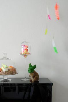 Arrangement mit Osterdeko in Neon von katharinak