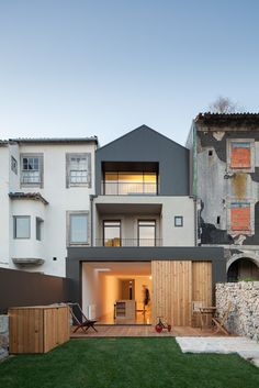 Pablo Pita Arquitectos developed Boavista, a single family house renovation, in The house is named after the street it resides on, which is one of the busiest streets in Porto Style At Home, Contemporary Architecture, Interior Architecture, Extension Veranda, Home Decoration Images, Art Decor, Vista House, Home Trends, Cool House Designs