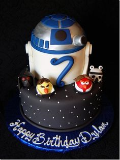 This cool cake mixes Star Wars and Angry Birds Star Wars.