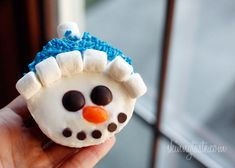 Vanilla Snowman Cupcakes with Vanilla Icing | Skinnytaste I would make them without the face for my every day cake addiction...