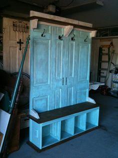Der Ehemann zersägt eine alte Küchenarbeitsplatte in 2 Teile und schraubt sie an 4 Türen. Aber wenn er fertig ist: Nicht schlecht!