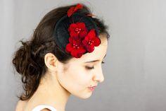 Très chic ! Ce bibi rond en noir et rouge est décoré avec des fleurs (des hortensias) et des plumes.    Le bibi est en sisal noir, les plumes et le...