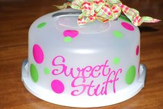 Cake Plate decorated with vinyl Vinyl Projects, Diy Projects To Try, Crafts To Make, Cricut Cake, Cricut Vinyl, Birthday Craft Gifts, Cupcake Container, Cupcake Carrier, Cake Holder