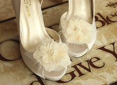 Sale 25% off Feather Shoe clips Bridal Lace by Gardenofflowers