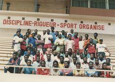 Gruppenfoto eines weiteren Lehrgangs. Auf dem Oberrang prangt die einfache Gleichung: Disziplin + Strenge = organisierter Sport.
