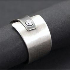 Pierścionek wykonany jest ze srebra próby 925 i cyrkonii. Srebro zostało miejscami zoksydowane i przetarte. Rozmiar 16.