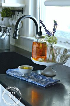 Kitchen Countertops Cake Stand Kitchen Sink Soap Holder - Clutter-free kitchen countertop ideas will show you just how much room you really have in your kitchen. Find the best kitchen storage designs! Diy Kitchen, Kitchen Dining, Kitchen Ideas, Country Kitchen, Awesome Kitchen, Kitchen Sink Decor, Spring Kitchen Decor, Kitchen Sink Caddy, Kitchen Themes