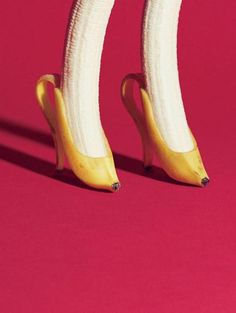 Banana is one of the healthiest fruits on the planet. For one thing, this tropical fruit is a real storehouse of minerals and vitamins, which boost your health on many different levels. Read these 10 shocking facts about bananas! Creative Photography, Art Photography, Banana Art, Plakat Design, Creative Advertising, Instagram Advertising, Fruit Art, Food Humor, Surreal Art