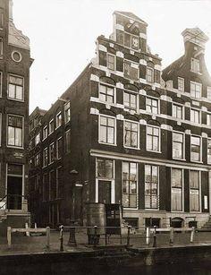 De Oudezijds Achterburgwal met aan de overkant de Barndesteeg in. Rechts van de steeg de nummer 93 en 95 die kennelijk onder één architectuur gebouwd werden maar waarvan nr.95 ooit een nieuwe geveltop heeft gekregen.
