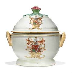 A CHINESE ARMORIAL CIRCULAR TUREEN AND COVER FOR THE DUTCH MARKET
