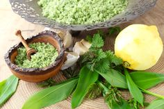 Forårsurtesalt med brændenælde, ramsløg og skvalderkål Great Recipes, Vegan Recipes, Vegan Food, Creamy Sauce, Celery, Guacamole, Pesto, Cantaloupe, Salt