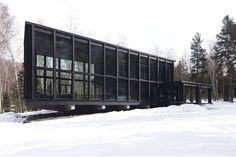 Deze villa in het bos is van binnen en buiten helemaal zwart - Roomed