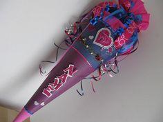 Schultüte  HERZ LIEBE LOVELY für Mädchen.   Schultüte besticht durch dunkelblau-pink Farbkontraste. Ein großes, filigran gearbeitetes Herz mit Schlüsselloch, umrandet von kleineren Herzchen,...