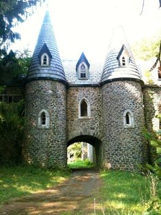 Abandoned Castles to Visit - Abandoned Castle in Upstate New York. ive never heard of this. must look into this. - Why abandoned castles are top choice in travelers Abandoned Buildings, Abandoned Mansion For Sale, Abandoned Castles, Abandoned Mansions, Old Buildings, Abandoned Places, Upstate New York, Beautiful Architecture, Beautiful Buildings