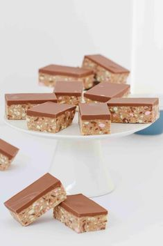 No-bake and so simple… this CLINKERS SLICE RECIPE really is the best thing ever! A super easy 10 minute recipe that everyone will love! Chocolate Coconut Slice, Homemade Chocolate, Clinker Slice, Easy Desserts, Delicious Desserts, Bakers Gonna Bake, Edible Cookie Dough, Valentines Day Cakes, Lunch Box Recipes