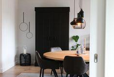 Deze grote eikenhouten tafel in de eetkamer is haar favoriete meubel in huis, mede door de ronde vorm. Daarboven hangt een verzameling zwarte hanglampen. New Homes, Home Decor, Winter, Interiors, Winter Time, Decoration Home, Room Decor, Interior Design, Home Interiors