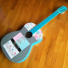 Guitarra customizada con chalk paint y papeles de scrapbooking