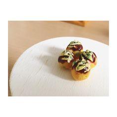 久しぶりにハンドメイド再開☺︎ 指先サイズのタコヤキ 作るのやり出せばハマってまる〜〜 (作ってる場合じゃないww) . . #ハンドメイド #樹脂粘土 #ミニチュアフード #フェイクフード #たこやき #ミニサイズ #japanesefood #takoyaki #miniature