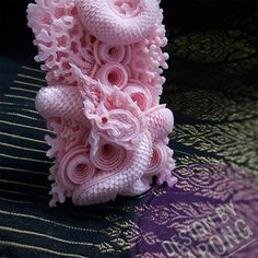 Dragons and Floral Designs Carved from Soap and Melons Drachen und Blumenmuster aus Seife und Melonen Soap Carving Patterns, Soap Sculpture, Dragons, Vegetable Carving, Colossal Art, Thai Art, Art Carved, Motif Floral, Schmuck Design