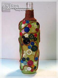 Бутылка с приклеенными пуговицами