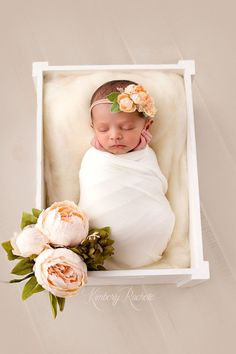 Natural newborn baby girl pictures photography session flowers white ivory cream neutral Houston photographer naissance part naissance bebe faire part felicitation baby boy clothes girl tips Baby Shooting, Shooting Photo, Book Bebe, Foto Baby, Baby Girl Photos, Newborn Baby Photography, Baby Kind, Newborn Pictures, Newborn Baby Photos