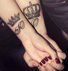 What does king & queen tattoo mean? We have king & queen tattoo ideas, designs, symbolism and we explain the meaning behind the tattoo. Paar Tattoos, Neue Tattoos, Tattoos For Lovers, Tattoos For Guys, Tattoo Couronne, Fingers Tatoo, Small Tattoos, Cool Tattoos, Wrist Tattoos
