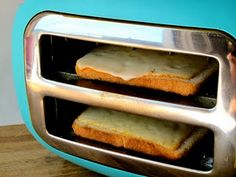 How to make grilled cheese with a toaster. Turn your toaster sideways to make grilled cheese! Now that's my kind of cooking! Queso Fundido, Making Grilled Cheese, Making Cheese, Grilled Cheese Toaster, Grilled Bread, Do It Yourself Food, Good Food, Yummy Food, Delicious Meals