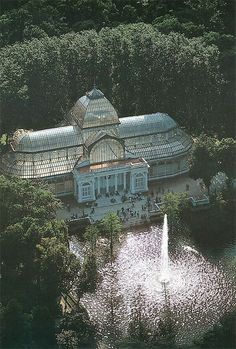 Palacio de Cristal ~ Glass & Metal Structure Built In 1887 To Exhibit Flora & Fauna From The Philippines ~ Buen Retiro Park ~ Madrid, Spain Beautiful Buildings, Beautiful Places, Modern Buildings, The Places Youll Go, Places To See, Jardin Decor, Foto Madrid, Le Palais, Spain And Portugal
