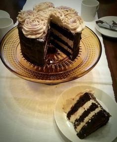 Täyteläinen suklaakakku merisuola-kinuskitäytteellä, Chocolate cake with salty caramel frosting