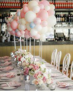 Olha como ficou linda essa mesa com esses baloes de centro de mesa! Ideia…