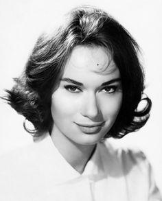 Anna Maria Massetani est une actrice italienne née le 30 juin 1933 à Rome. Elle prend le nom de scène de Lea Massari en hommage à son fiancé Leo qui décède tragiquement alors qu'elle n'a que 22 ans. Lea Massari tourna beaucoup en France dans les années...