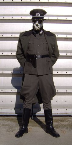Here my first prototype for a Dieselpunk Colonel costume. I used an old East German Uniform and a NVA Gas Mask, with a pair steampunk goggles and some round glock symbol in the beret and the belt. Steampunk Goggles, Steampunk Diy, American Flag Photos, Airsoft Mask, German Uniforms, Cool Guns, Dieselpunk, Punk Fashion, Military Fashion