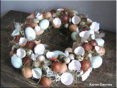 Ooit, in een crea-vorigleven ook gemaakt. Je bewaart eenvoudig je eierschalen, vliesje eruit en klaar. Op een rieten onderkrans prik je wat ondergrond en daarop, met een lijmpistool, plak je de eierschalen. Deco ertussen en klaar ben je. Tafeldecoratie (plantje in het midden) of deurding.