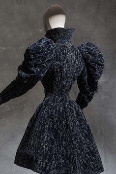 Attributed to Jacques Doucet, jacket belonging to Cléo de Mérode, 1898-1900 Silk velvet © Les Arts Décoratifs, Paris / photo : Jean Tholance