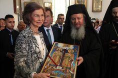 Η βασίλισσα Σοφία στο Αιγάλεω -Προσκύνησε το λείψανο της Αγίας Ελένης [εικόνες] | iefimerida.gr