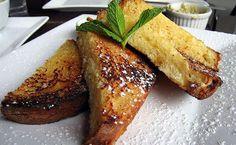 Tostadas a la Francesa:Sumerge dos rebanadas de pan integral en dos huevos batidos y un chorro de leche descremada, dejando  que el pan absorba el huevo. Luego freir en aceite de oliva o aceite de maiz. Para una version dulce,   repetir todo el primer paso, y colocar al final un chorro de miel de maple  o miel comun.