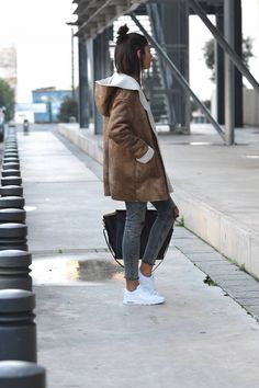 This classic sheepskin coat is perfect combined with a pair of simple jeans for a cold winters day! Federica L. wears the look with fresh white sneakers and a stylish leather satchel. Coat: Mango, Jumper/Jeans: Zara, Shoes: Air Max, Bag: The Archiduchess.