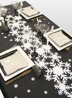 Lovely tablesetting noir et blanc Christmas Table Settings, Christmas Party Decorations, Christmas Tablescapes, Christmas Centerpieces, Christmas Colour Schemes, Christmas Colors, Christmas Holidays, Deco Table Noel, Xmas Theme