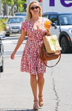 Light and breezy Reese Witherspoon looks flirty in floral as she continues to show off her holiday tan Pencil Skirt Outfits, Pencil Skirt Black, Pencil Skirts, Reese Witherspoon Style, Beverly Hills, Looks Black, Inspiration Mode, Office Fashion Women, Complete Outfits
