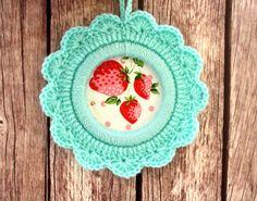 Crochet flower frame (strawberry)