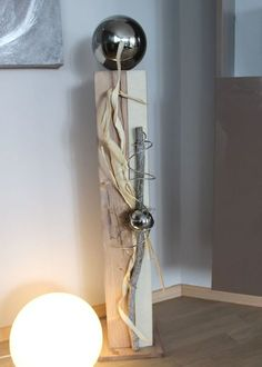 GS92 – Große Säule, cappuchinofarbig gebeizt, natürlich dekoriert mit einer großen und kleinen Edelstahlkugel, Filzband und Naturmaterialien! Preis 94,90€ Höhe ca 100cm