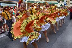 https://flic.kr/p/LgfvGw | 74ème Festival Folklorique International Danses et Musiques du Monde | N'hésitez pas à consulter notre site internet www.tourisme-amelie.com  Dès le début du 20° siècle et notamment lors des fêtes du Carnaval, un groupe de jeunes gens et de jeunes filles exécutait dans les rues de la ville des danses folkloriques catalanes.  Jean TRESCASES, fondateur des Danseurs catalans d'Amélie les bains en 1935, créa en 1936 un festival folklorique des provinces françaises.  Et…