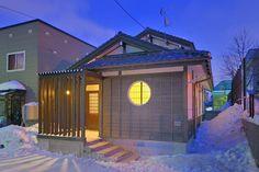 位於札幌北區的料理小屋,25坪的空間將傳統和現代融合在內,玄關天井的上方雪見窗,搭配特殊造型的丸窗,室內的朱紅色是典型和風印象,在冬日裡給前來用餐的客人,溫暖豐富的溫馨感。  via 株式会社北一タカハシ建設