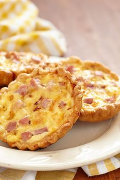 The mini quiche recipe that my kids BEG me to make! Not only is this mini quiche recipe delicious, but very versatile and SO simple. Mini Quiches, Ham Breakfast, Breakfast Recipes, Recipes Dinner, Lunch Recipes, Dessert Recipes, Mini Quiche Lorraine, Mini Quiche Recipes, Ham And Cheese Quiche