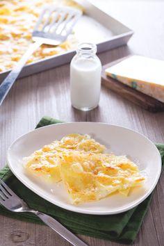 Arrivano dal Piemonte e hanno una crosta croccante che racchiude strati di formaggio filante a cui non si può resistere: #patate alla savoiarda! #Giallozafferano #recipe #ricetta