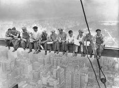 Feita pelo fotógrafo Charles C. Ebbets no dia 20 de setembro de 1932, a imagem foi publicada pela primeira vez no jornal New York Herald Tribune em 2 de outubro do mesmo ano. A foto Almoço no Topo de um Arranha-céu levantou suspeitas desde 1932 - há quem acredite que ela é uma montagem.