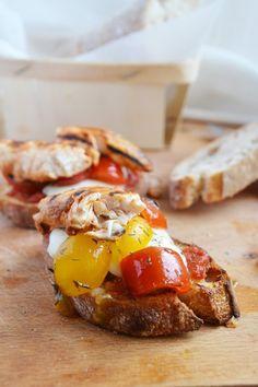 Bruschetta mozzarella, tomates cerises et poulet sauce barbecue